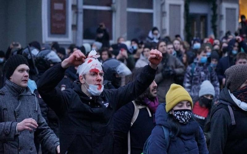 Rusiyada SON DURUM:  Polis bibər qazı və rezin güllələrə əl atdı