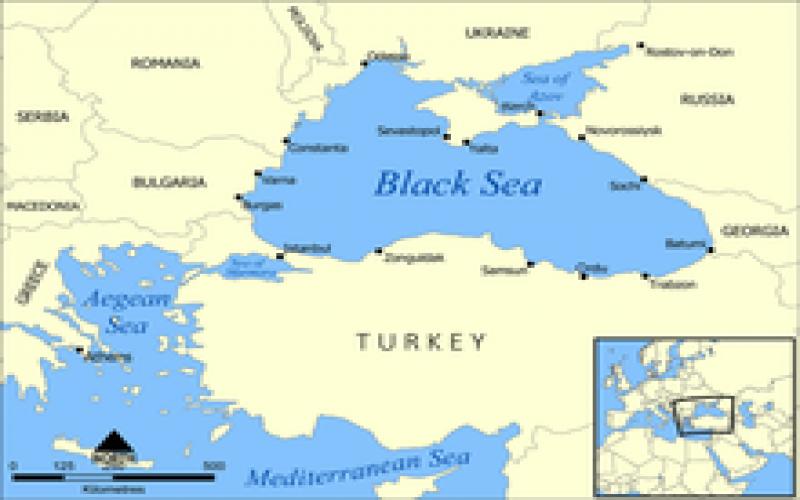 Qara dəniz üzərində qara buludlar