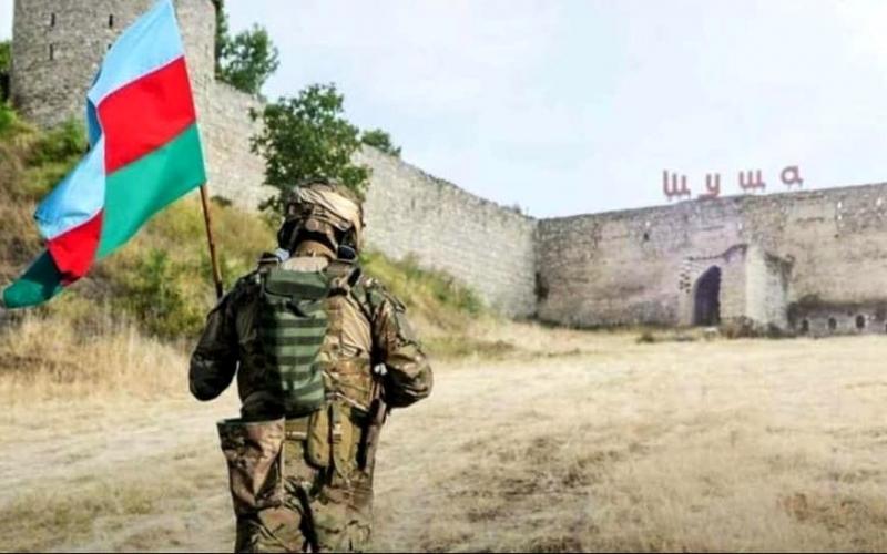 Azərbaycan əsgərinin Şuşaya sancdığı bayrağı Bakının mərkəzində ayaqlar altına sərdilər -  Video