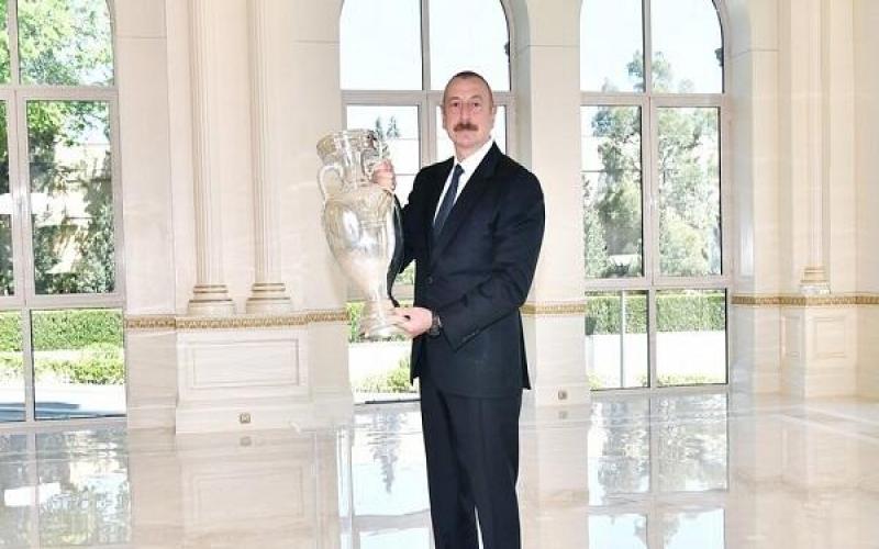 AVRO-2020-nin kuboku İlham Əliyevə təqdim olundu